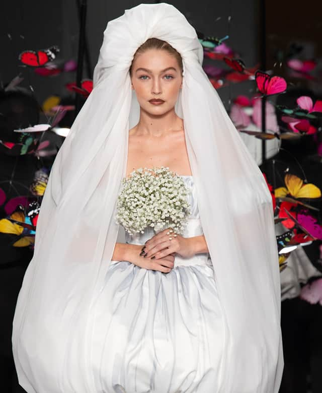 Moschino, la sposa Gigi Hadid circondata da farfalle
