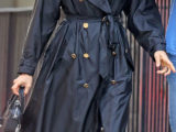 Irina Shayk con il trench in nylon di Burberry