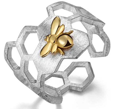 Realizzato a mano da Emma Vittoria, questo anello trova ispirazione nella natura. In argento sterling conquista con la sua ape placcata in oro.